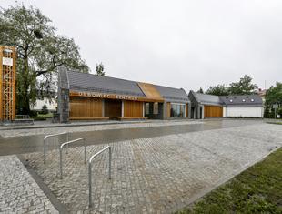 Pawilon wielofunkcyjny i park z tężniami solankowymi w Dębowcu